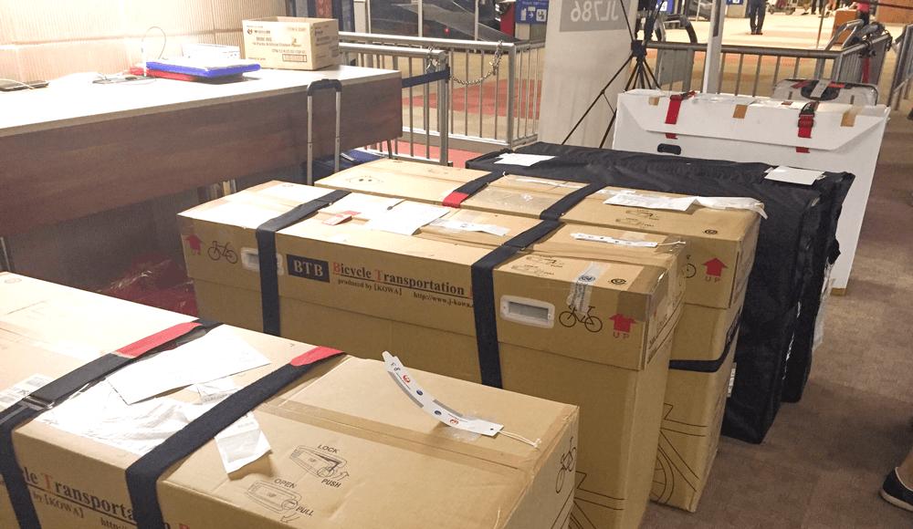 ホノルル空港に並ぶBTB輪行箱