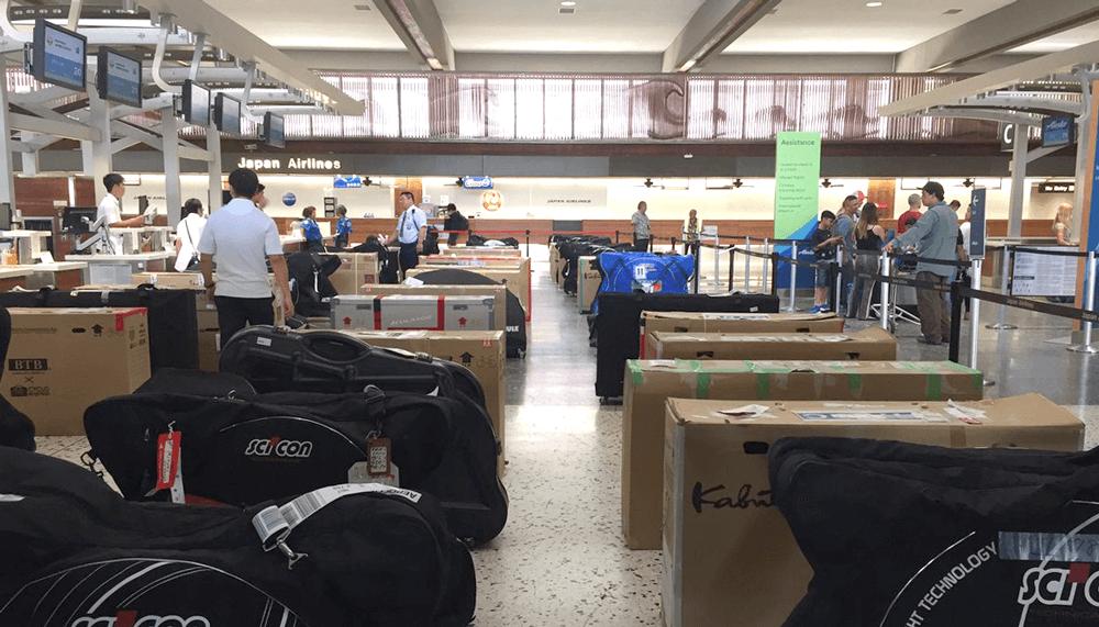 シーコンやBTB輪行箱が並ぶホノルル空港