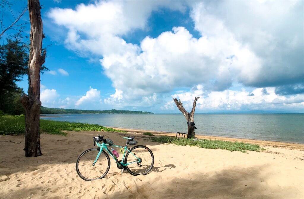 石垣島の小さなビーチと自転車