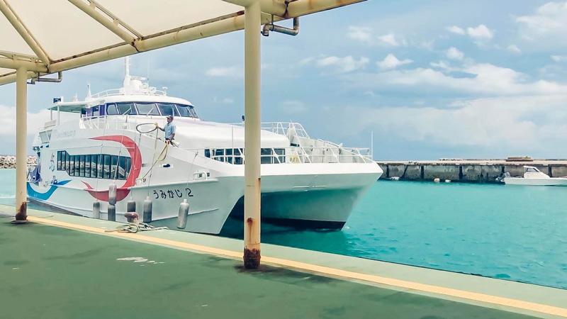 竹富島の港と高速船