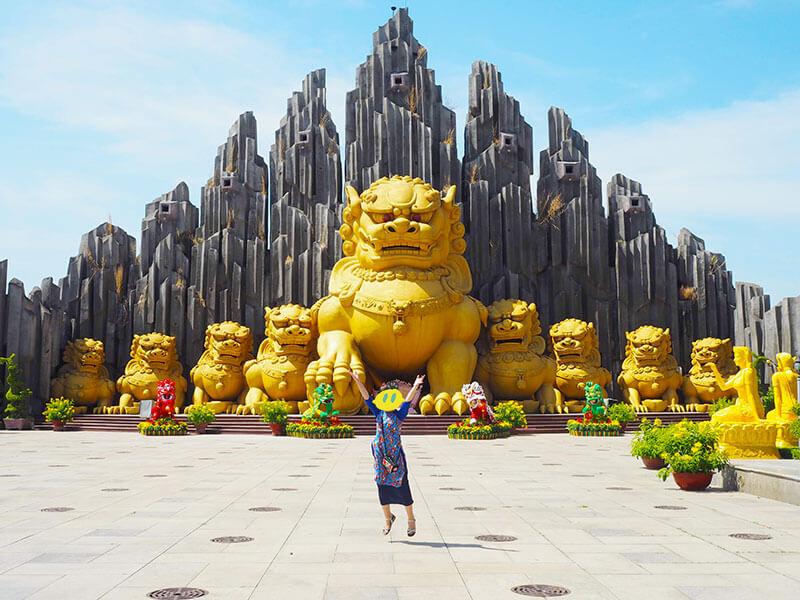 スイティエン公園の巨大な黄金の獅子像