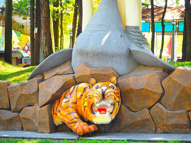 スイティエン公園の、岩に埋め込まれた虎とゾウ