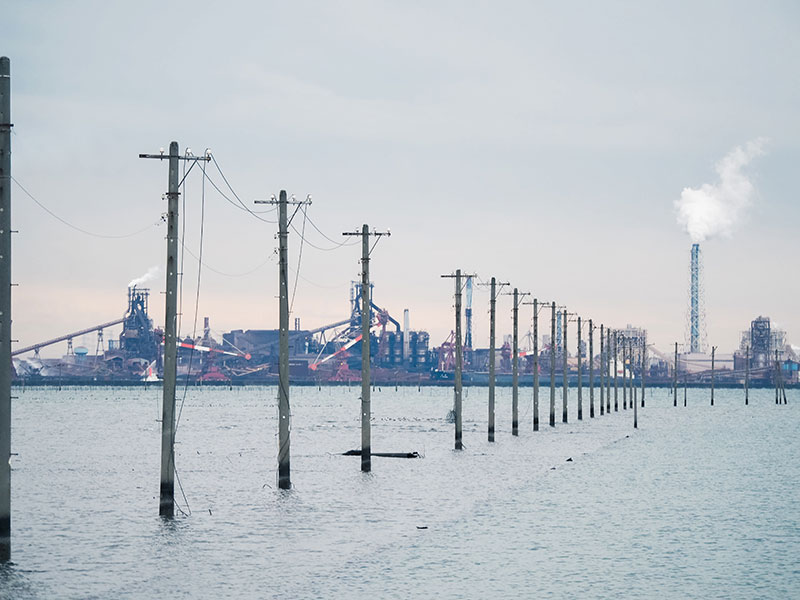 房総、江川海岸の海中電柱と工場地帯