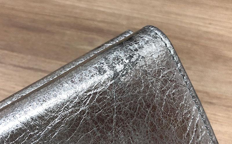 バレンシアガのメタリック財布はハゲる?