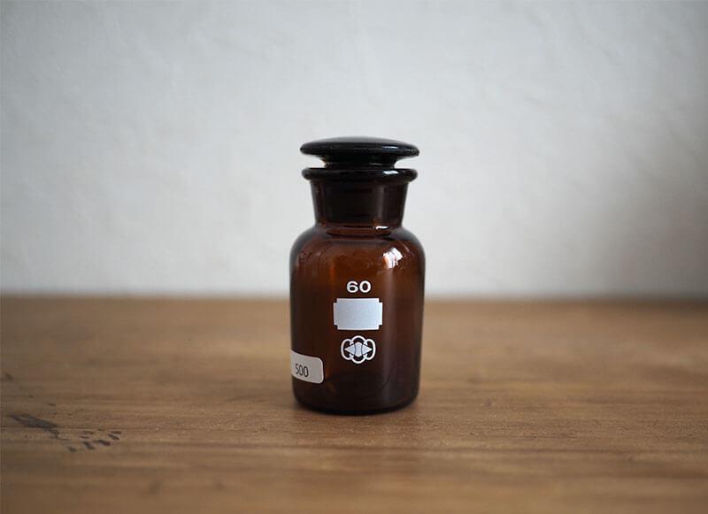 小泉硝子製作所の茶色の小瓶