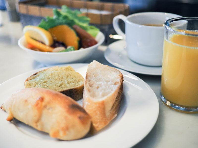 ホテルサイクルの朝食、小ぶりなパンが嬉しい