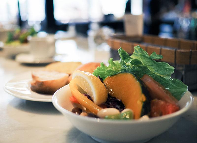 ホテルサイクルの朝食、地元野菜のサラダ