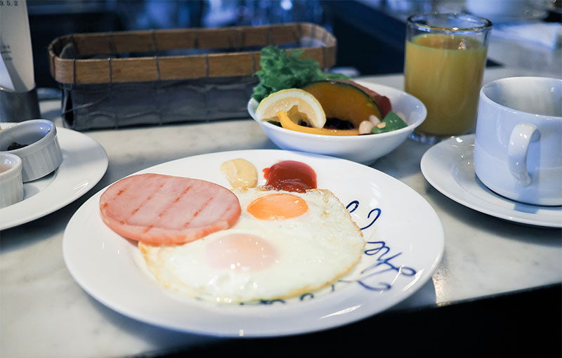 ホテルサイクルの朝食、目玉焼き