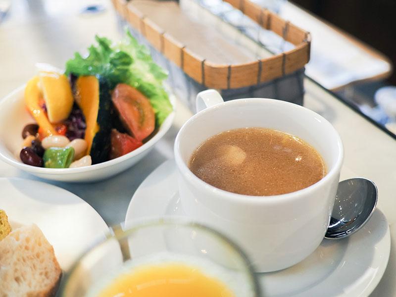 ホテルサイクルの朝食、温かいスープで体が目覚める